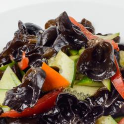 108 Салат из древесных грибов с овощами